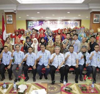 Jajaran rektorat dan dekanat UMSU foto bersama dengan para delegasi yang ikut memerihkan PKM ke-3 UMSU 2018.
